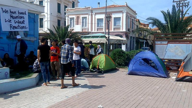 Πρόσφυγες και μετανάστες έχουν στήσει σκηνές πάνω στην πλατεία