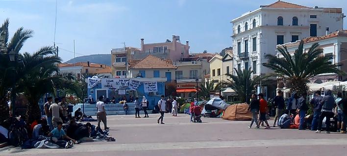 Μυτιλήνη: Συνεχίζεται για τρίτη ημέρα η κατάληψη πλατείας από μετανάστες [εικόνες]