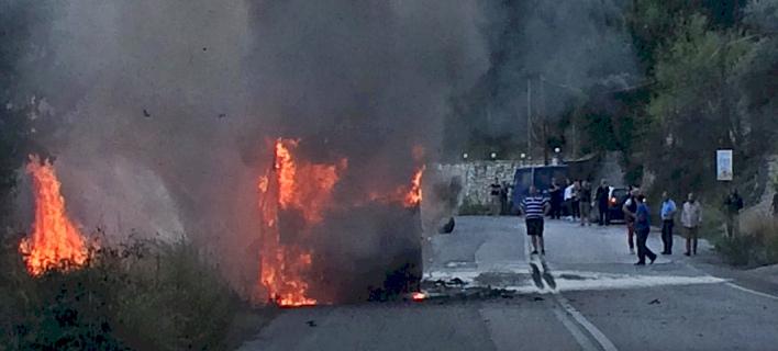 Λεωφορείο τυλίχθηκε στις φλόγες/ Φωτογραφία: Λευκαδίτικα Νέα