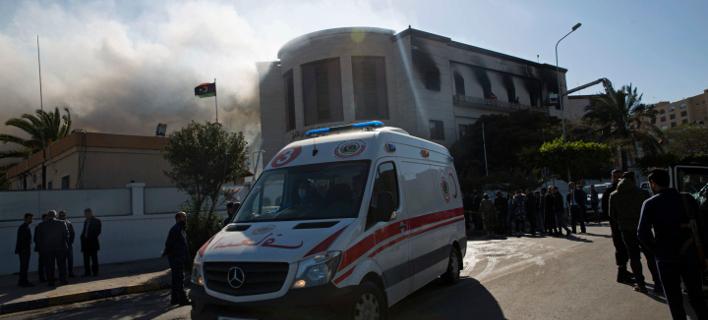 Καπνοί αναδίδονται από το κτίριο του υπουργείου Εξωτερικών στη Λιβύη μετά την επίθεση (Φωτογραφία: AP/Mohamed Ben Khalifa)