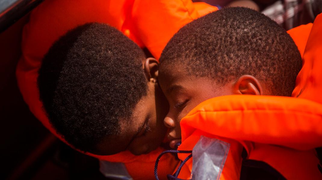 Ονειρεύονται ένα καλύτερο αύριο, βιώνουν το σκληρό «σήμερα» -Φωτογραφία: AP Photo/Santi Palacios