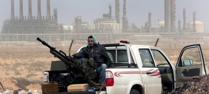 H Μόσχα στηρίζει τις δυνάμεις του στρατηγού Χαφτάρ στη Λιβύη (Φωτογραφία αρχείου: ΑΡ//Hussein Malla)