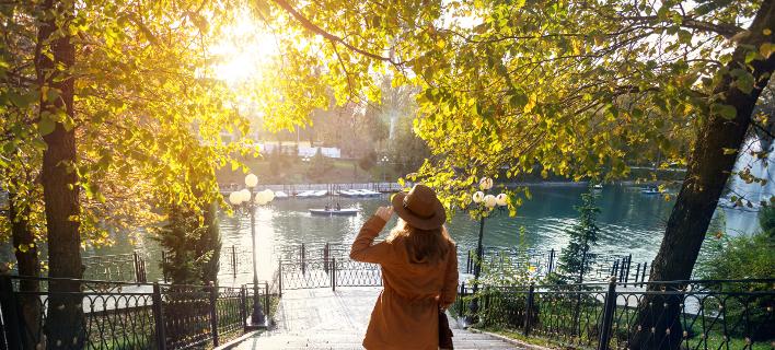 Μια γυναίκα απολαμβάνει τη θέα, Φωτογραφία: Shutterstock/By Pikoso.kz