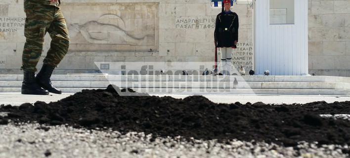 Εργαζόμενοι της ΓΕΝΟΠ- ΔΕΗ έριξαν λιγνίτη μπροστά στο μνημείο του Αγνωστου Στρατιώτη [εικόνα]