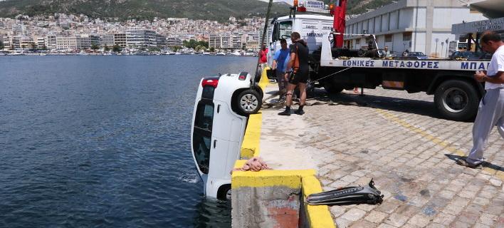Η ανέλκυση του αυτοκινήτου από το λιμάνι της Καβάλας/ Φωτογραφία: Eurokinissi