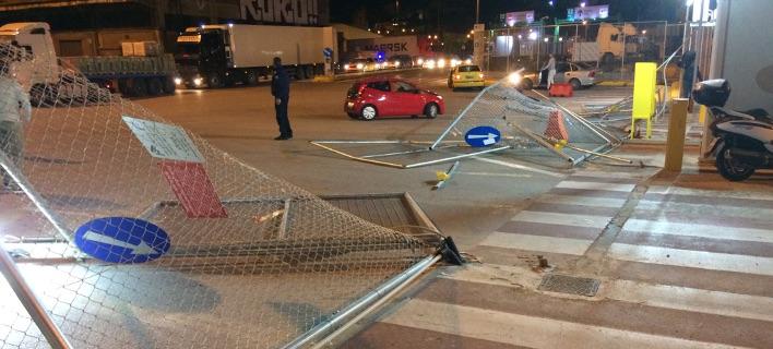 Μέλη του ΠΑΜΕ έριξαν περίφραξη στο λιμάνι του Πειραιά (Φωτογραφία: ΑΠΕ)