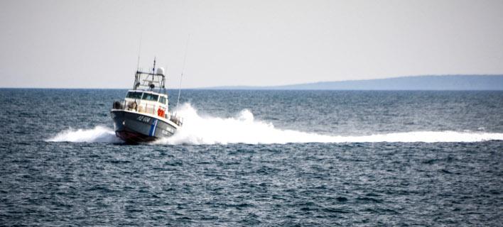 Οι άνδρες του Λιμενικού βρήκαν νεκρό τον άτυχο ψαρά. Φωτογραφία: Eurokinissi