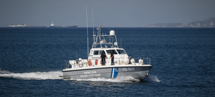 Σκάφος του λιμενικού περισυνέλεξε τον επιβάτη ακυβέρνητου ιστιοφόρου. Φωτογραφία: Eurokinissi