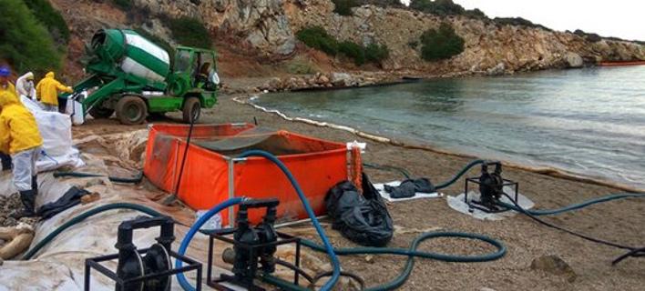 Συνεχίζονται οι εργασίες καθαρισμού στη Σαλαμίνα