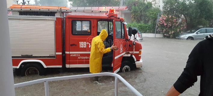 Σοβαρά προβλήματα στη Λήμνο από τη νεροποντή -Πλημμύρισαν σπίτια, η πυροσβεστική απομάκρυνε πολίτες [εικόνες]