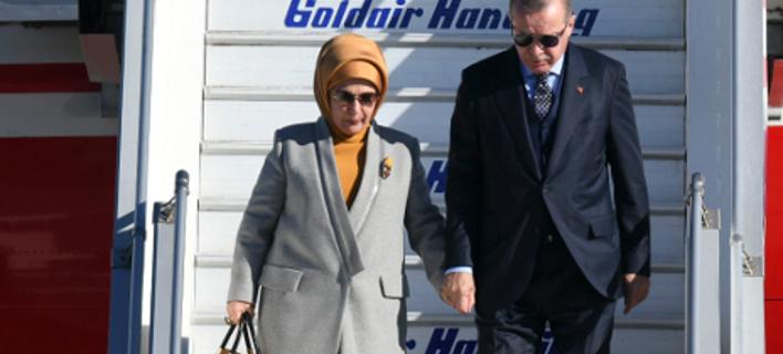 Με ψηλοτάκουνα και κατακίτρινο σύνολο η Εμινέ στην Ελλάδα -Το είχε ξαναφορέσει με τη... Λίντσεϊ Λόχαν [εικόνες]