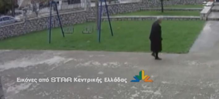 Αποκαλυπτικό βίντεο: Η στιγμή που απατεώνες αποσπούν χρήματα από ηλικιωμένη στη Λαμία