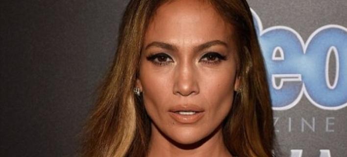 Η εμφάνιση «φωτιά» της Jennifer Lopez-Το αποκαλυπτικό της ντεκολτέ έκλεψε την παράσταση [εικόνες]