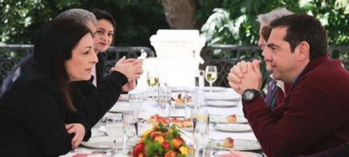 Ο Αλέξης Τσίπρας με την Μυρσίνη Λοΐζου, στο γεύμα στο Μαξίμου