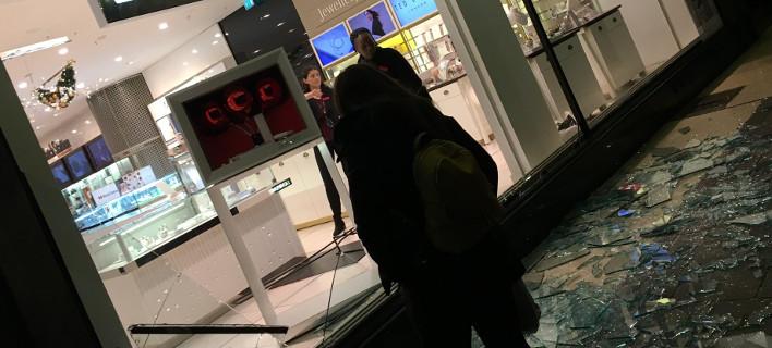 Μία κλοπή και μία σπασμένη βιτρίνα προκάλεσαν πανικό στην Oxford Street στο Λονδίνο [εικόνα]