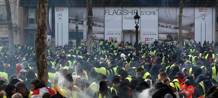 H διαδήλωση περνά από εμπορικό δρόμο / Φωτογραφία: AP Images