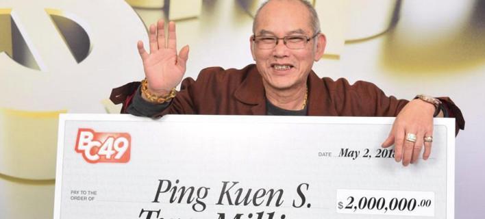 O Πινγκ Κουέν Σουμ ποζάρει περιχαρής με την επιταγή