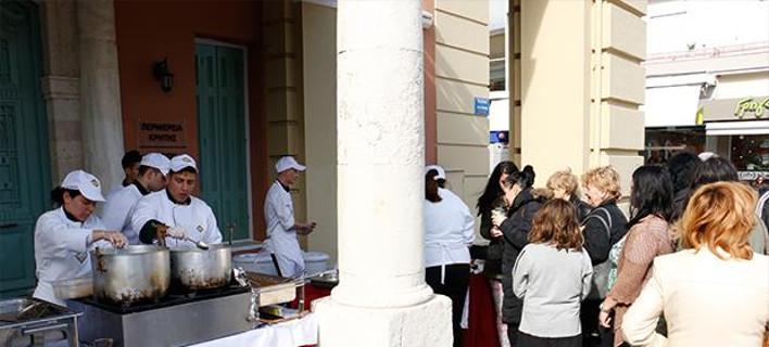 Ουρές στο Ηράκλειο για δωρεάν λουκουμάδες [εικόνες]