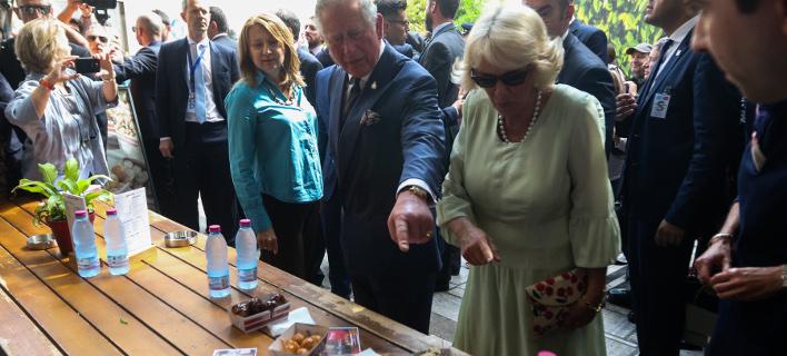 Λουκουμάδες με μέλι και κανέλα δοκίμασαν Κάρολος και Καμίλα στη βόλτα που έκαναν στην Αθήνα / Φωτογραφία: Intimenews/ΝΤΟΥΝΤΟΥΜΗΣ ΧΡΗΣΤΟΣ