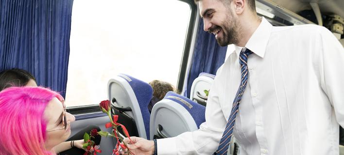 Η ΤΡΑΙΝΟΣΕ γιόρτασε τον Αγιο Βαλεντίνο: Προσέφερε κόκκινα τριαντάφυλλα & σοκολατάκια στους επιβάτες [εικόνες]