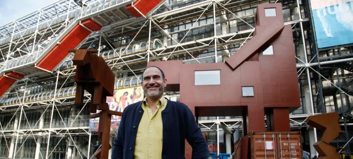 O Ολλανδός καλλιτέχνης ποζάρει μπροστά στο έργο του (Φωτογραφία AP)