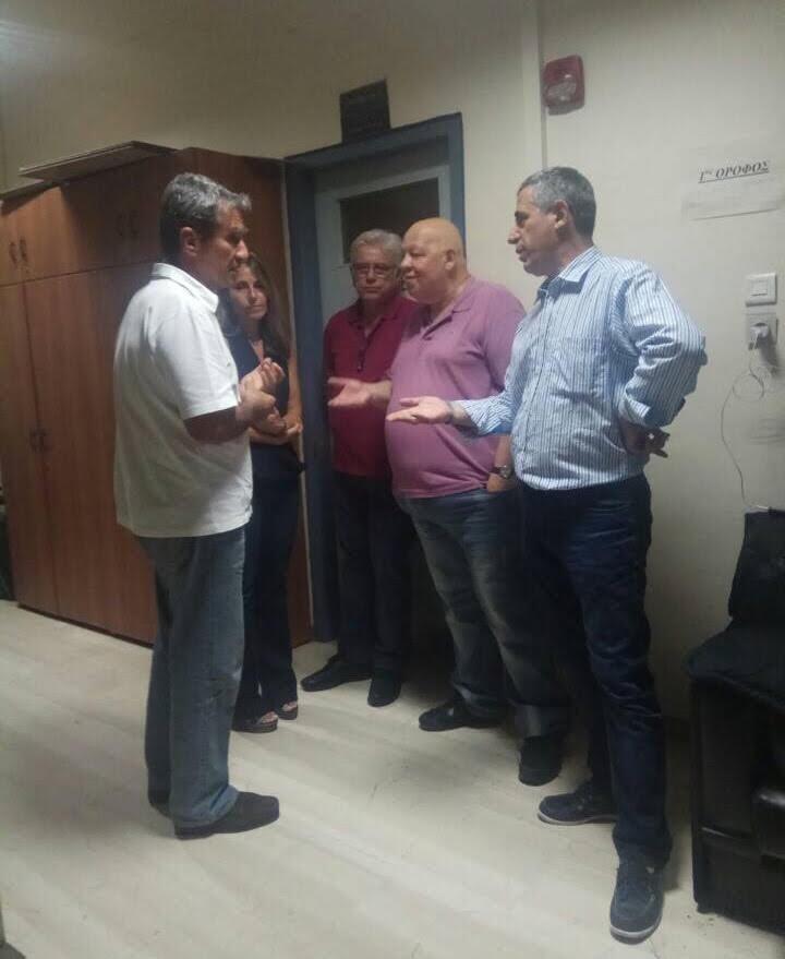 Ο Ανδρέας Λοβάρδος κατά την επίσκεψή του στο τμήμα. Δίπλα του η Κατερίνα Γαλανού, στην πόρτα ο δικηγόρος Γιώργος Γανωτής, ο Θανάσης Μαυρίδης και ο Παναγιώτης Λάμψιας.