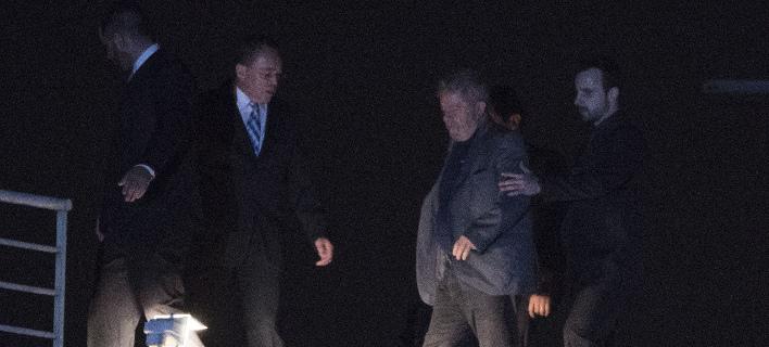 Ο Λούλα μεταφέρεται στη φυλακή (Φωτογραφία: AP/ Leo Correa)