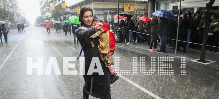 Ηλεία: Εξοργίστηκε για τους επίσημους και έκανε παρέλαση μέσα στο χαλάζι [βίντεο]