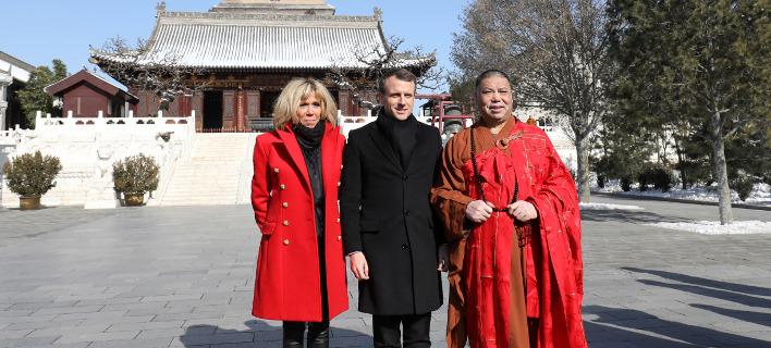 Ο Πρόεδρος της Γαλλίας, Εμανουέλ Μακρόν με τη σύζυγό του Μπριζίτ, στην επίσημη επίσκεψη στην Κίνα. Φωτογραφία: AP