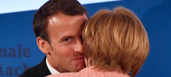 O Γάλλος πρόεδρος Εμμανουέλ Μακρόν και η Γερμανίδα καγκελάριος Ανγκελα Μέρκελ/Φωτογραφία: AP