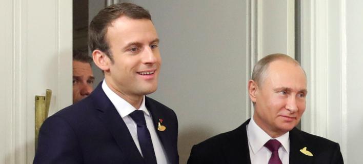 Εμανουέλ Μακρόν & Βλαντίμιρ Πούτιν (Φωτογραφία: Mikhail Klimentyev, Kremlin Pool Photo via AP)