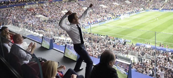 Ο Μακρόν πανηγυρίζει στον τελικό του Μουντιάλ (Φωτογραφία: AP/ Alexei Nikolsky)