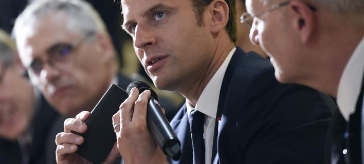 Ο Μακρόν έχασε την ησυχία του εξαιτίας του κινητού του (Φωτογραφία: AP/ Stephane de Sakutin)