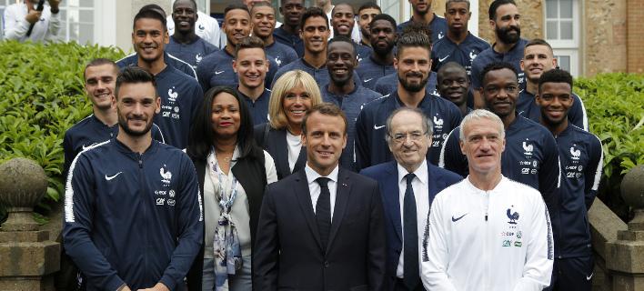 Ο Μακρόν ποζάρει με την εθνική Γαλλίας (Φωτογραφία: AP/ Francois Mori)