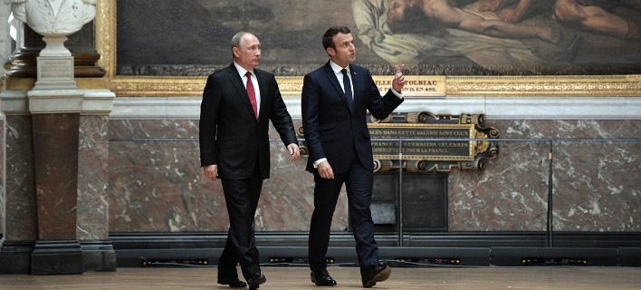Ο Βλαντιμίρ Πούτιν με τον Εμανουέλ Μακρόν (Φωτογραφία: AP/ Alexei Nikolsky)