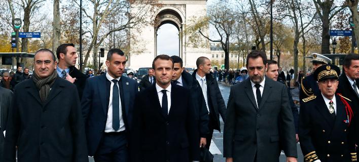 Ο Εμανουέλ Μακρόν επιθεωρεί την Αψίδα του Θριάμβου -Φωτογραφία αρχείου: AP Photo/Thibault Camus