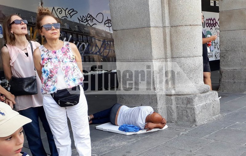 Οι άστεγοι στη Μαδρίτη αναζητούν σκιά σε υπόστεγα για να προστατευθούν από τη ζέστη