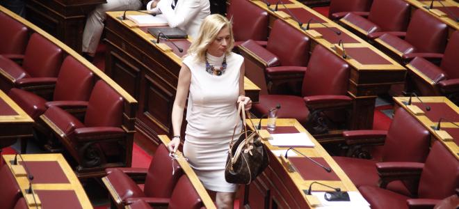 Πρωινός χαμός με Ραχήλ Μακρή στη Βουλή: Φώναζε για «κυβερνητική συμμορία» και τη
