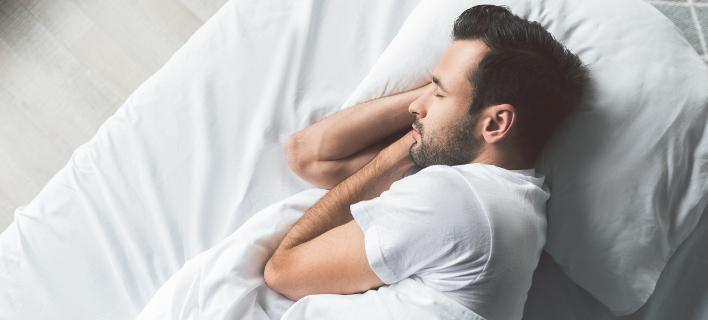 Γιατί δεν πρέπει να κοιμόσαστε γυμνοί στον καύσωνα. Φωτογραφία: Shutterstock