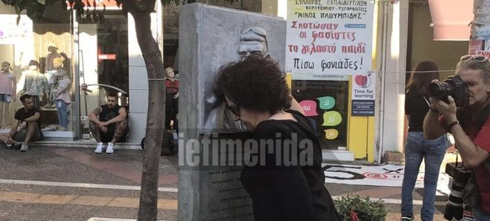 Η μητέρα του Παύλου Φύσσα στο μνημείο του γιού της -Το φίλησε και άναψε το καντήλι [εικόνες]