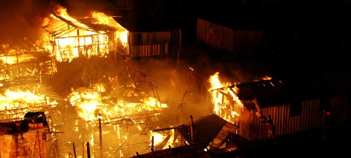 Τουλάχιστον 600 σπίτια αποτεφρώθηκαν στην πυρκαγιά που ξέσπασε σε φαβέλα (Φωτογραφία: ΑΡ/Edmar Barros)