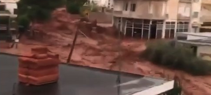 Βίντεο-ντοκουμέντα τη στιγμή που οι χείμαρροι σαρώνουν τη Μάνδρα