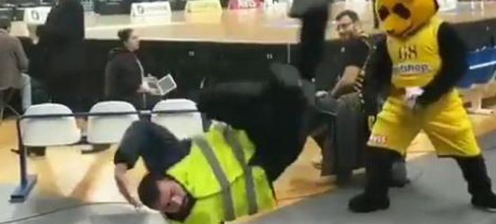 Χορευτική μονομαχία σεκιουριτά με την μασκότ της ΑΕΚ. Φωτογραφία: Twitter