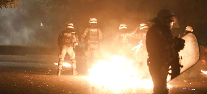 Δεύτερη νύχτα επεισοδίων στα Εξάρχεια με μολότοφ -Τραυματίστηκε ένας αστυνομικός