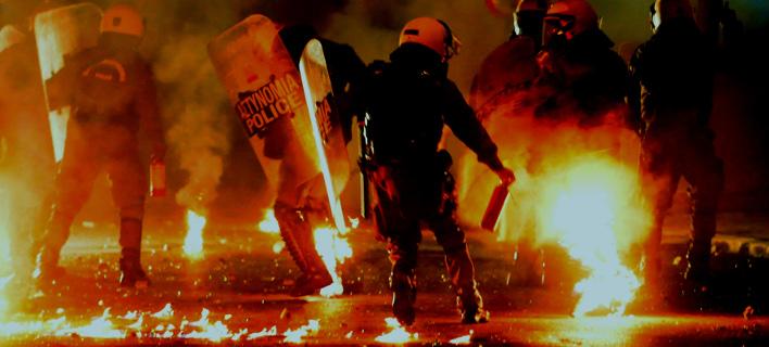 Χωρίς τέλος οι επιθέσεις με μολότοφ εναντίον αστυνομικών / Φωτογραφία: Eurokinissi (αρχείο)