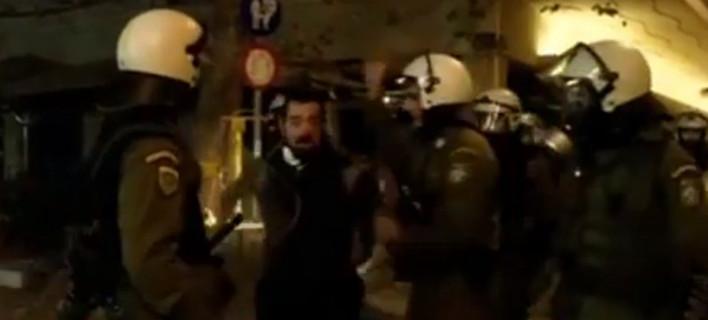 Ερευνα της ΕΛ.ΑΣ για τον αστυνομικό των ΜΑΤ που χτυπούσε συλληφθέντα