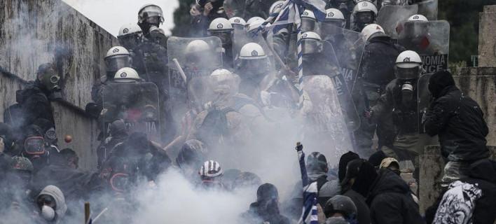 Τα ΜΑΤ ψεκάζουν αδιακρίτως με χημικά και ακολούθως διαλύεται το συλλαλητήριο