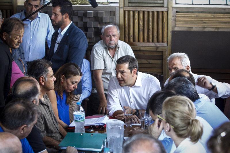 Ο Αλέξης Τσίπρας συνομιλεί με πυρόπληκτους- φωτογραφία eurokinissi