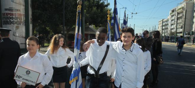 Τα παιδιά νίκησαν τον ρατσισμό και έδωσαν τη σημαία σε αυτόν που την άξιζε [εικό