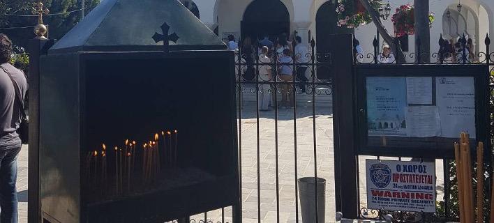 Βουρκωμένος Δεκαπενταύγουστος στο Μάτι -Τελέστηκε τρισάγιο για τους νεκρούς μετά τη Θεία Λειτουργία [εικόνες]